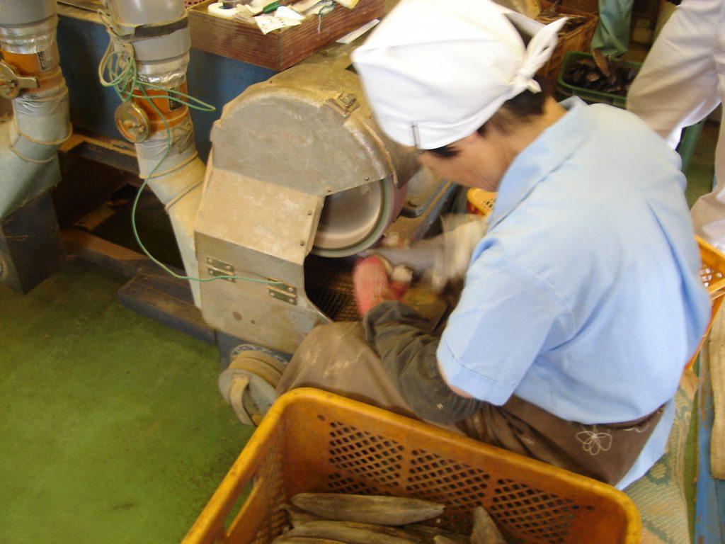鰹節表面削り作業風景