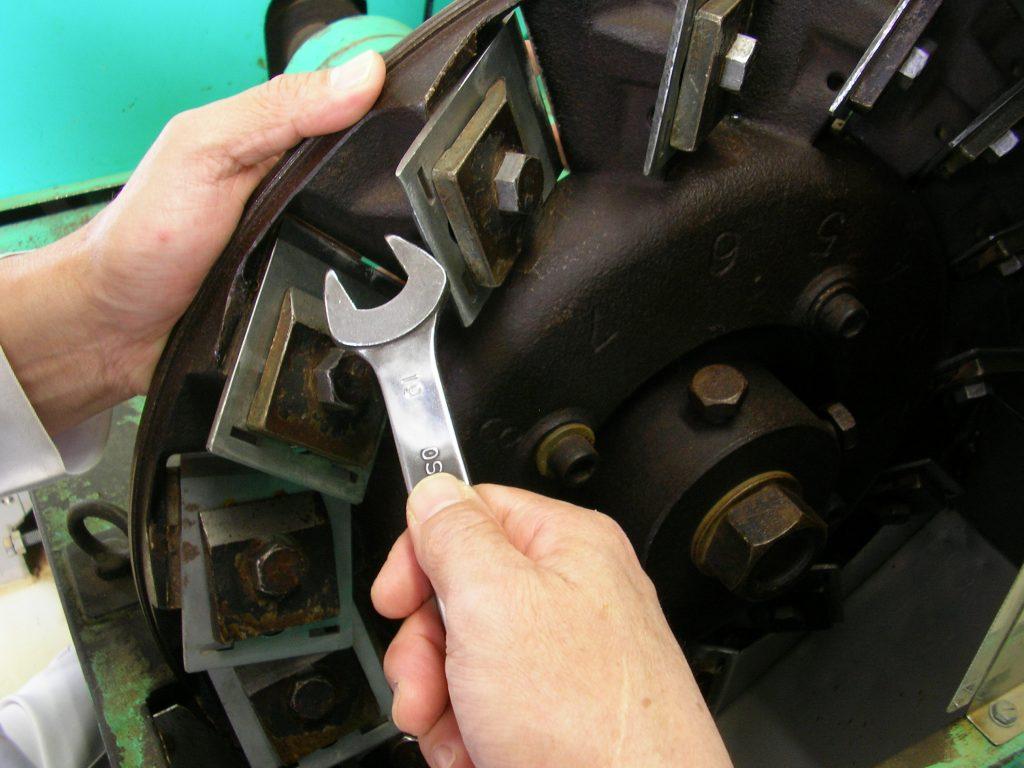 鰹節を削る削り盤の右側