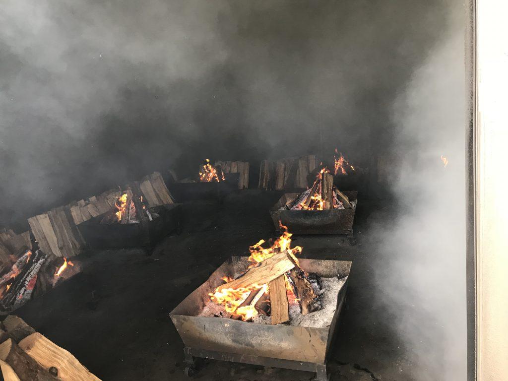 薪を燃やして煙と熱をあてる