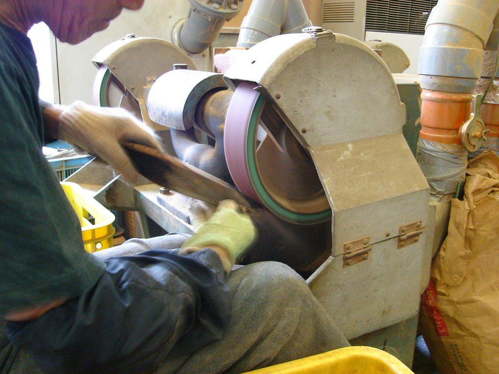 グラインダーで鰹節の表面を削る