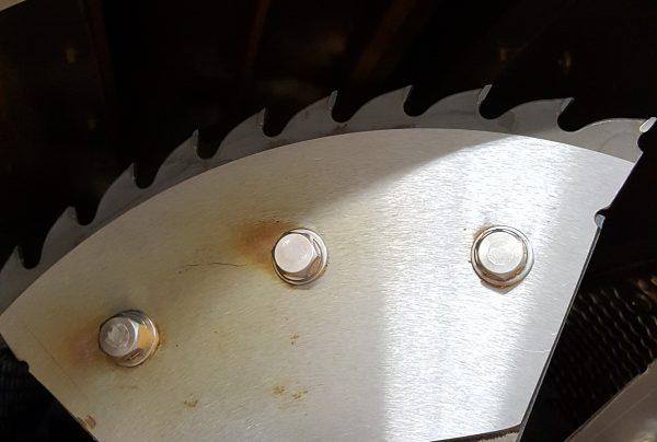 破砕機の機械の中に刃が有る