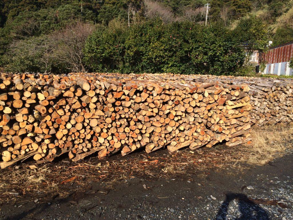 焙乾(ばいかん)用の薪は暫く置いて水分を抜く