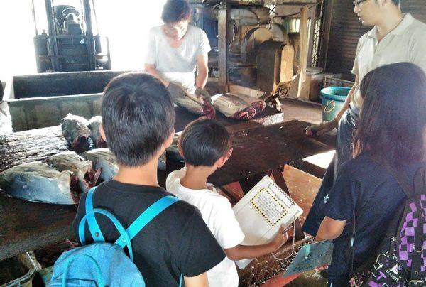 工場見学をする小学生たち