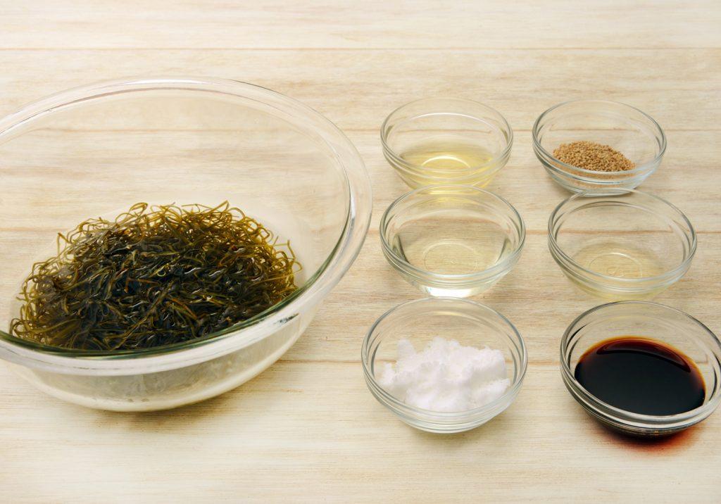昆布をたっぷりの水に5~10分つけて戻し、水を切ります。