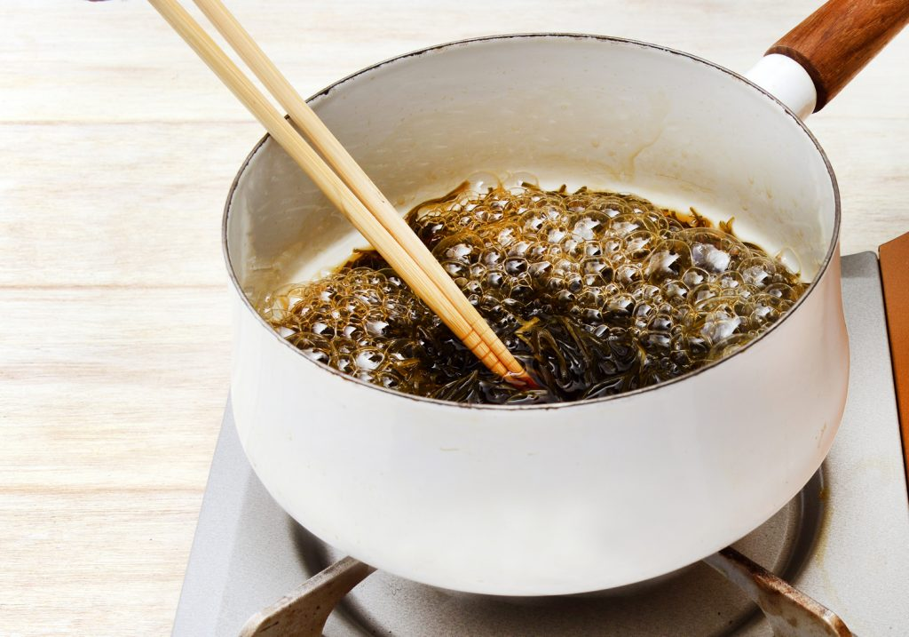 鍋に昆布と分量の水と調味料を加え、ひと煮立ちしたら、弱めの中火にして、さらに15分程度、煮ます。