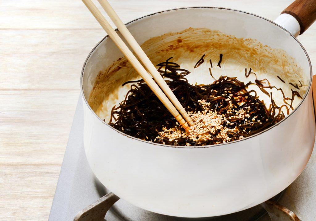 煮汁が少なくなったら、少し火を強めにして、汁気がなくなるまで煮て火を止めます